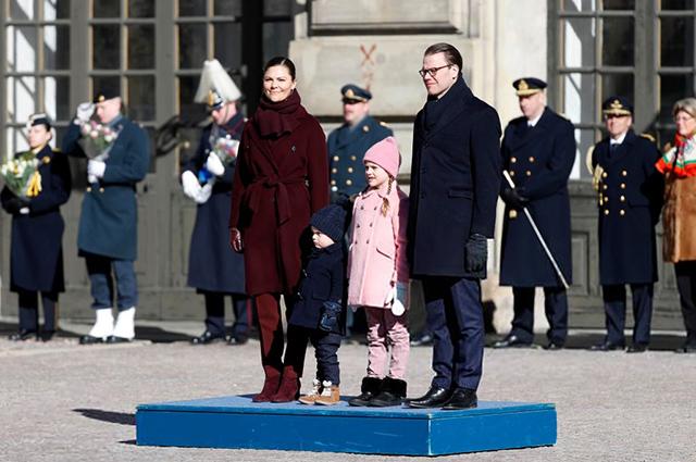 Принцесса Виктория с мужем Даниэлем и детьми, принцем Оскаром и принцессой Эстель
