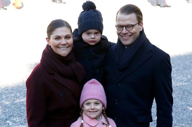 В сети обсуждают сердитое лицо шведского принца Оскара на именинах его мамы принцессы Виктории