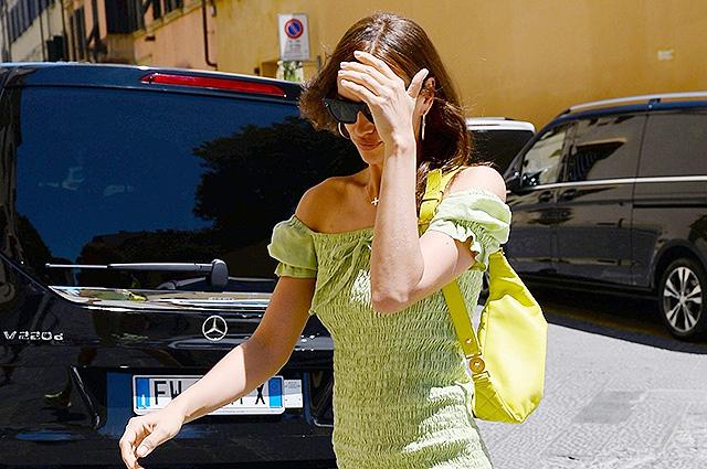 Ирина Шейк в зеленом мини-платье замечена на улице Флоренции