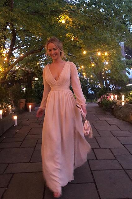 Дженнифер Лоуренс отпраздновала помолвку с Куком Марони в Нью-Йорке: разбираем предсвадебный образ невесты