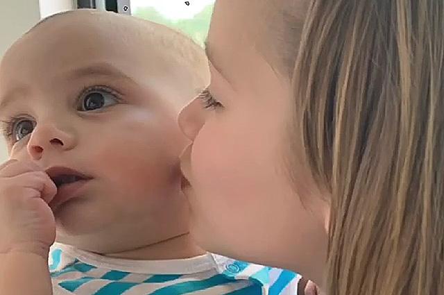 Харпер Бекхэм без ума от сына Евы Лонгории: Виктория Бекхэм с дочерью побывала в гостях у подруги
