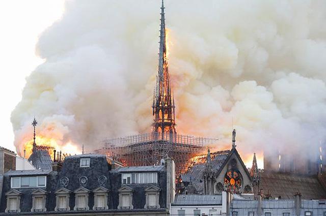 Мелания Трамп, Энн Хэтэуэй и другие звезды отреагировали в соцсетях на пожар в Соборе Парижской Богоматери