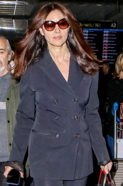 Спокойствие и элегантность: Моника Беллуччи замечена в аэропорту Ниццы