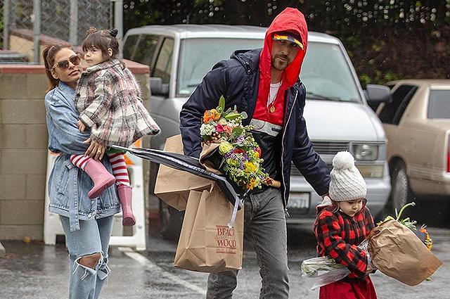 Редкий семейный выход: Ева Мендес и Райан Гослинг с дочерьми сходили за цветами