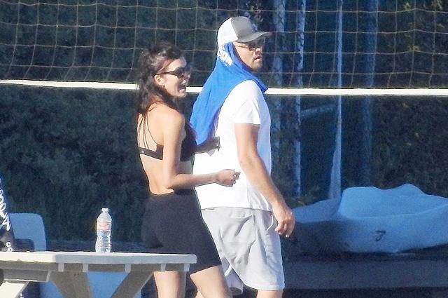Леонардо ДиКаприо и Камила Морроне на пляже в Малибу