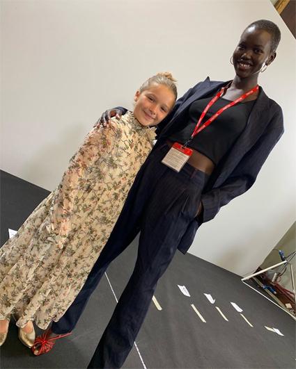 Харпер Бекхэм с моделью за кулисами показа