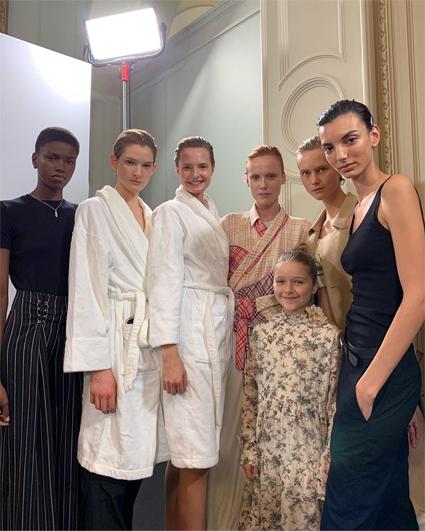 Харпер Бекхэм с моделями за кулисами показа