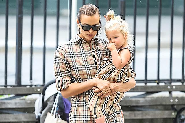 Ирина Шейк на прогулке с дочерью Леей в Нью-Йорке