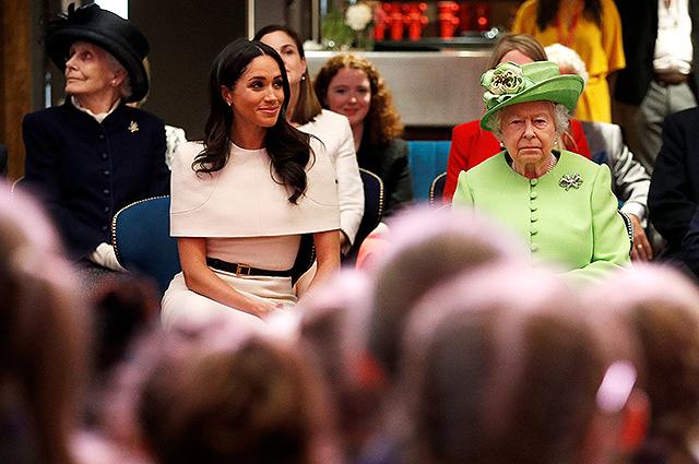 Королева Елизавета II ответила отказом на просьбу принца Гарри и Меган Маркл о собственном дворе