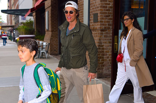 Мэттью Макконахи с женой Камилой Алвес и старшим сыном замечен папарацци в Нью-Йорке
