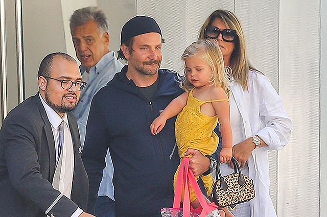 Папарацци сфотографировали Брэдли Купера с дочерью Леей в Нью-Йорке после известия об опеке над ребенком
