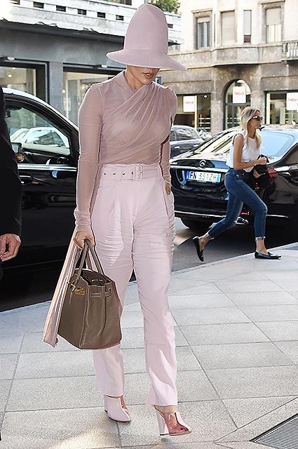 Пастельные оттенки и массивная шляпа: разбираем образ Дженнифер Лопес на Неделе моды в Милане