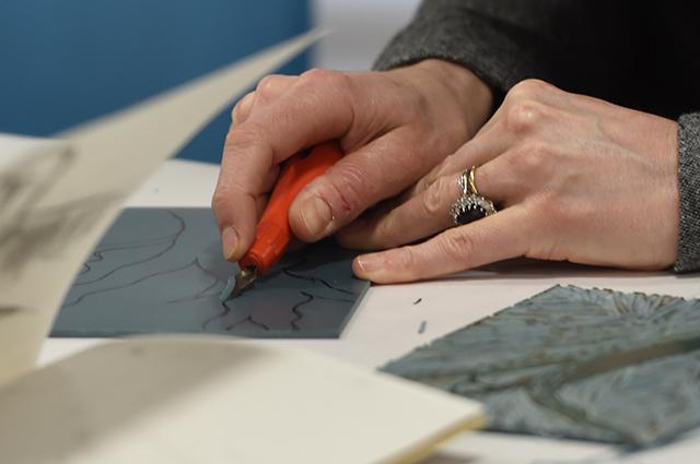 Кейт Миддлтон надела фартук и приняла участие в мастер-классе по гравюре в музее Фаундлинг