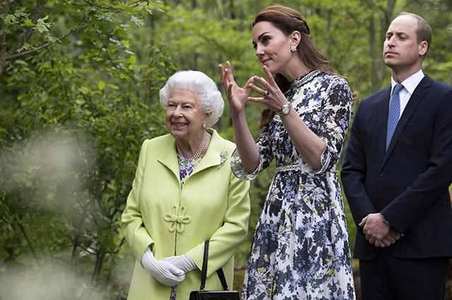 Кейт Миддлтон провела для королевы Елизаветы II экскурсию по саду