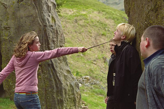 Эмма Уотсон и Том Фелтон в кадре из фильма