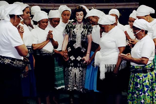 Кадр из клипа Мадонны на песню Batuka