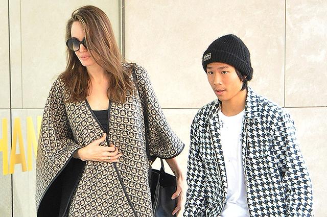 Анджелина Джоли с сыном Паксом на прогулке в Беверли-Хиллз