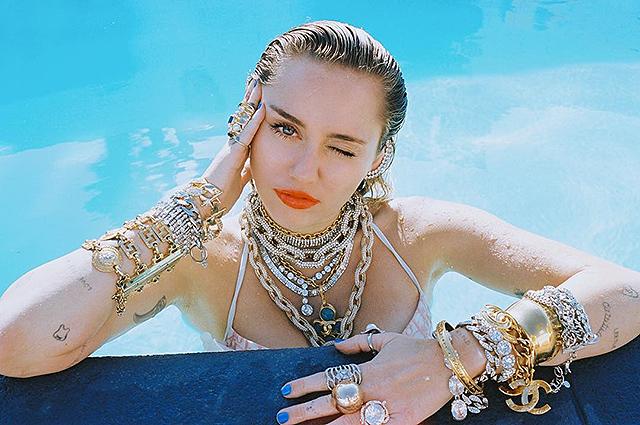 Майли Сайрус устроила фотосессию в бассейне и поделилась с поклонниками своими планами