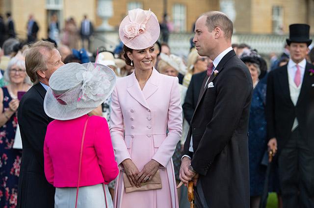 Кейт Миддлтон и принц Уильям на вечеринке в саду Букингемского дворца