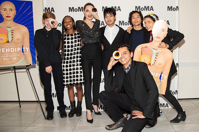 Анджелина Джоли с детьми и организаторами премьеры