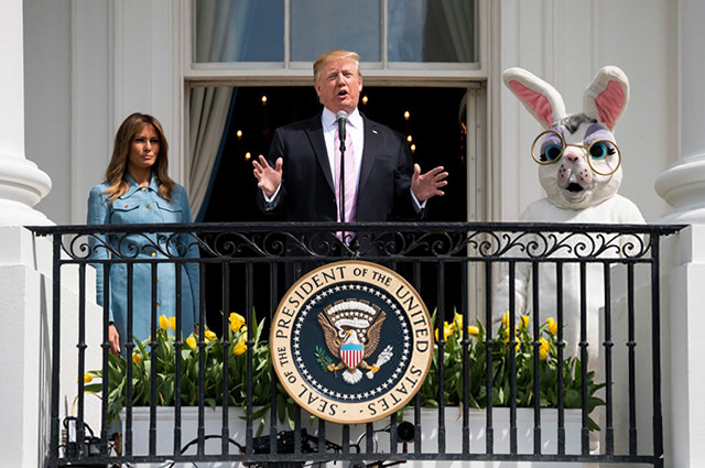 Мелания Трамп помогла мужу провести пасхальные игры у Белого дома: разбираем образ первой леди