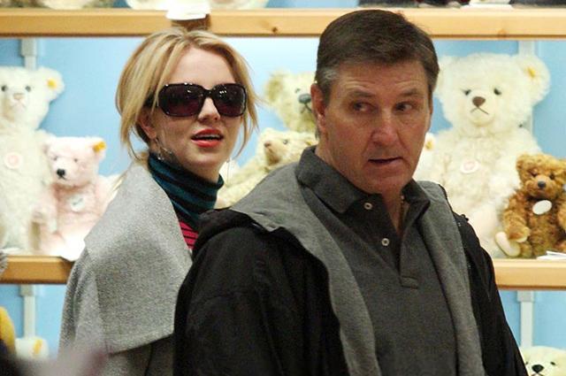 Отец Бритни Спирс пытается продлить опеку над ней в трех штатах