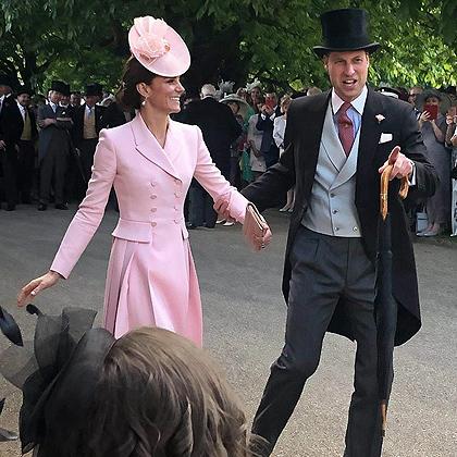 Как звезды мюзикла: в сети обсуждают «самое романтичное» фото Кейт Миддлтон и принца Уильяма с садовой вечеринки