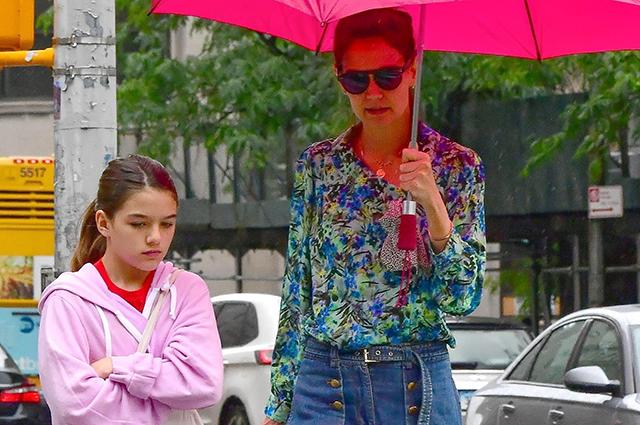Кэти Холмс с дочерью Сури прогулялась по дождливому Нью-Йорку