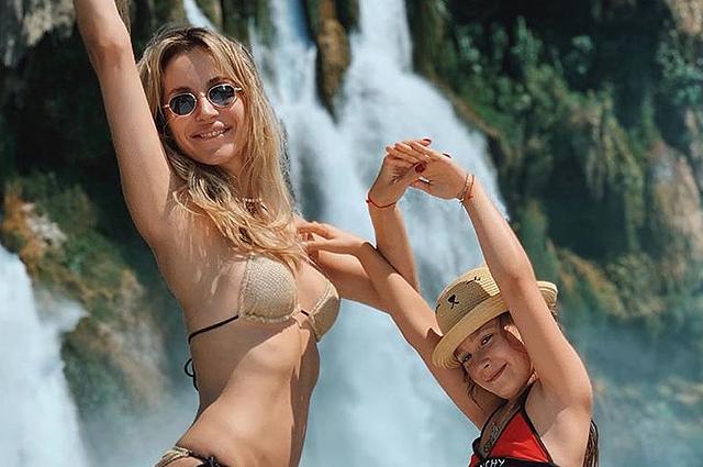 Светлана Лобода с дочерью проводит время у моря и делится кадрами с отдыха