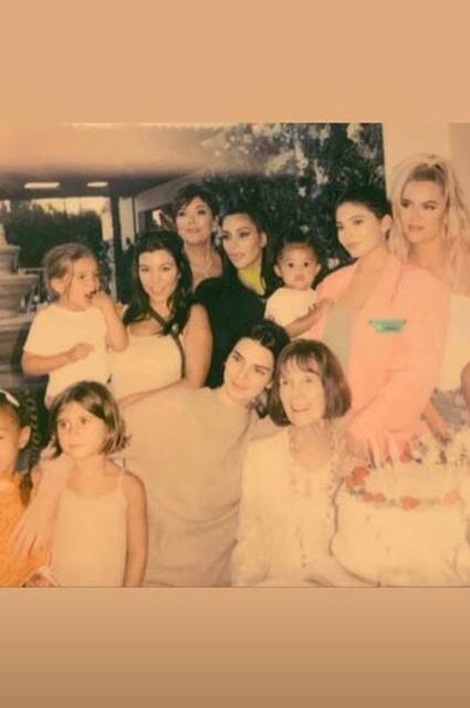 Ким, Хлое, Кортни Кардашьян и Кайли Дженнер с детьми, Кендалл и Крис Дженнер, Мэри Джо Кэмпбелл