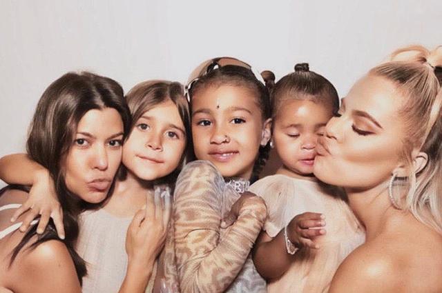 Кортни Кардашьян с дочерью Пенелопой Дисик, Норт Уэст, Хлое Кардашьян с дочерью Тру Томпсон