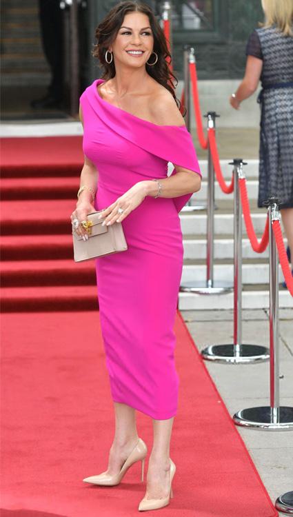 Кэтрин Зета-Джонс в розовом платье на церемонии награждения в своем родном городе Суонси