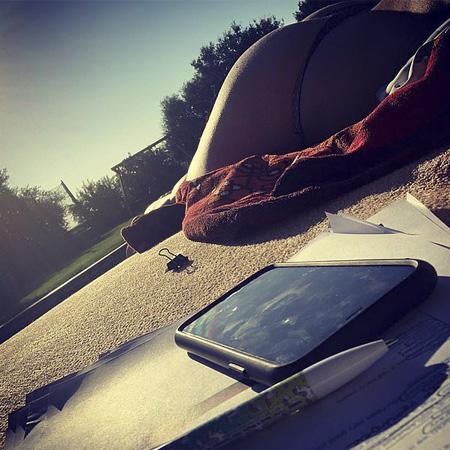 Хайди Клум готовится к свадьбе с Томом Каулитцем, лежа топлес у бассейна