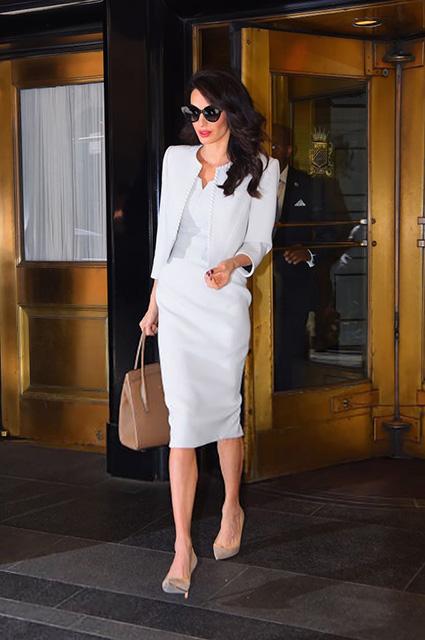 Белое платье-карандаш и аксессуары: разбираем дневной образ Амаль Клуни в Нью-Йорке