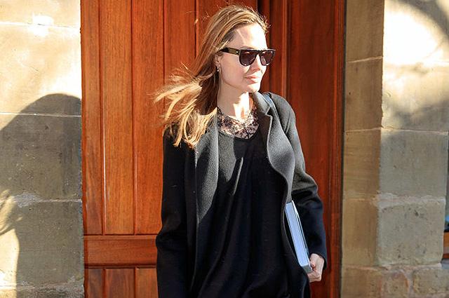 Строга и элегантна: Анджелина Джоли в деловом образе появилась на улице Нью-Йорка