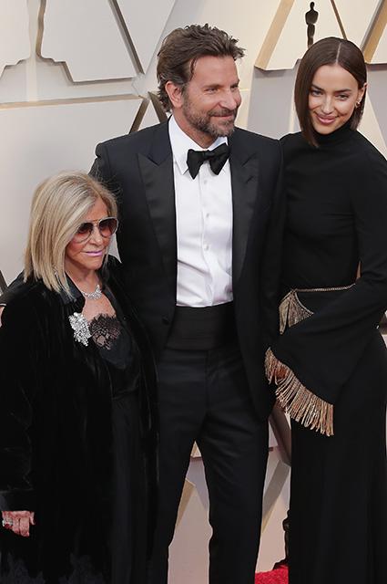 """Брэдли Купер с мамой и Ириной Шейк на """"Оскаре-2019"""""""