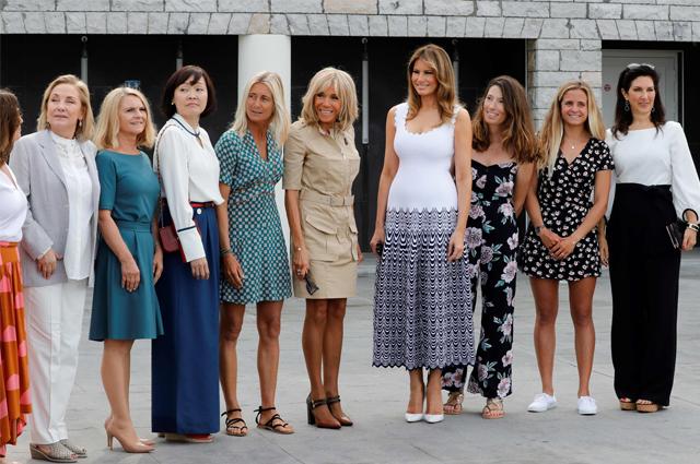 Брижит Макрон, Мелания Трамп и жены участников саммита G7 встретились с серфингистами на пляже в Биаррице