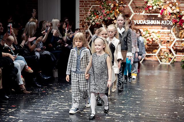 Саша Плющенко и другие дети на показе Yudashkin Kids