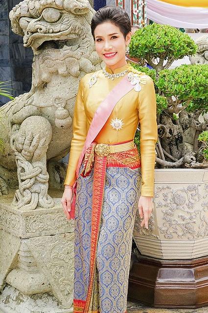 В сети обсуждают редкие фотографии фаворитки короля Таиланда, опубликованные королевским дворцом