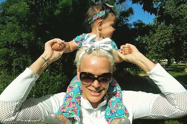 55-летняя Бриджит Нильсен поделилась кадрами дочери в ожидании ее первого дня рождения