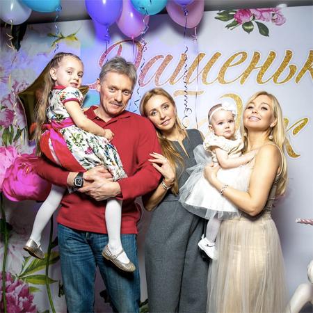 Дмитрий Песков и Татьяна Навка с дочерью Надей и с друзьями