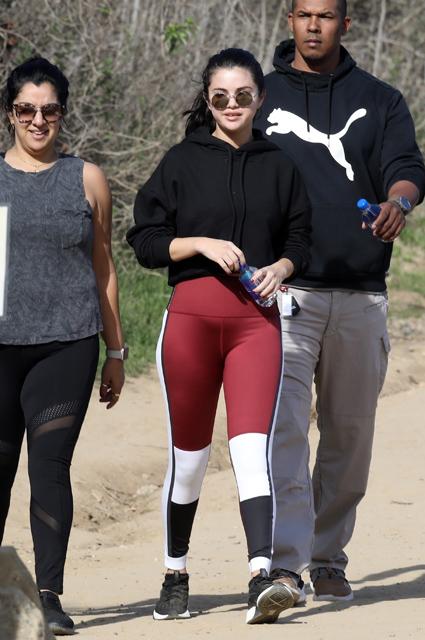 Селена Гомес с подругой и телохранителем занимаются хайкингом