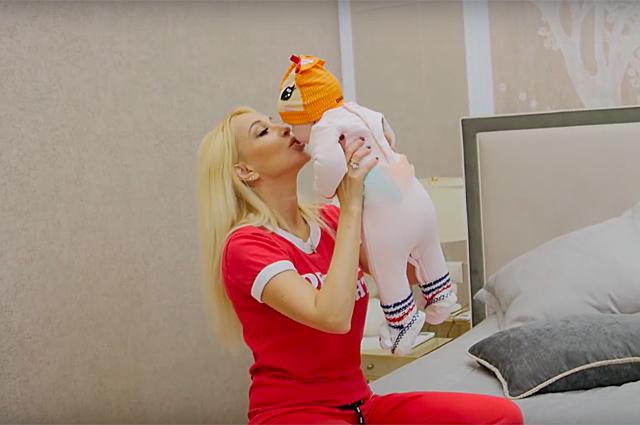 Лера Кудрявцева с дочерью, Альбина Джанабаева и другие звезды с детьми снялись в клипе Дениса Клявера