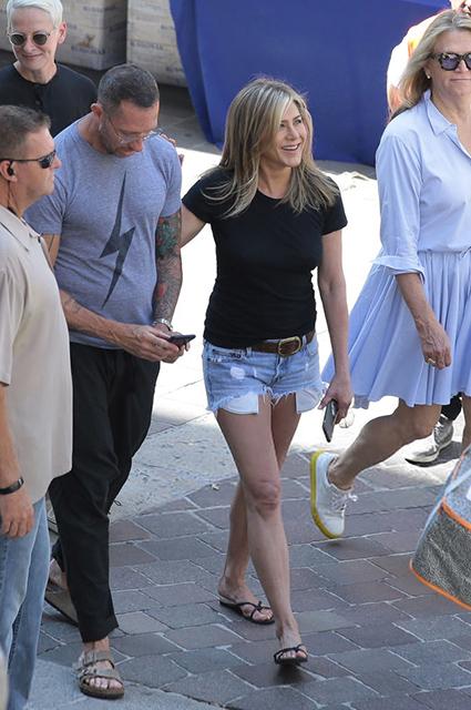 Дженнифер Энистон на съемках в Италии. Рядом с актрисой — ее личный стилист-парикмахер Крис Макмиллан