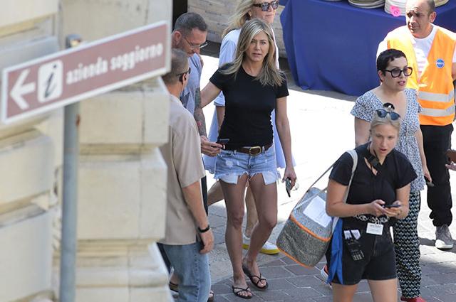 Дженнифер Энистон на съемках в Италии