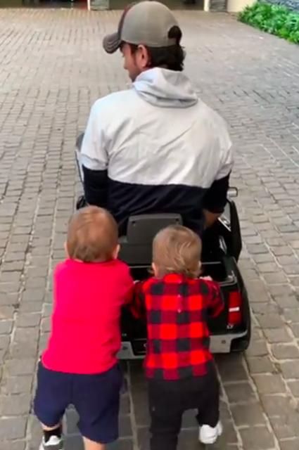 Энрике Иглесиас с детьми