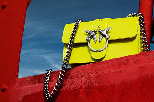 Яркие шелковые платки, сумки и украшения: комбинируем аксессуары из новых лукбуков
