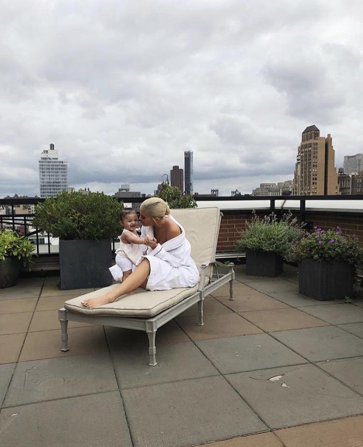 Кайли Дженнер и Трэвис Скотт провели нежное утро с дочерью на крыше небоскреба