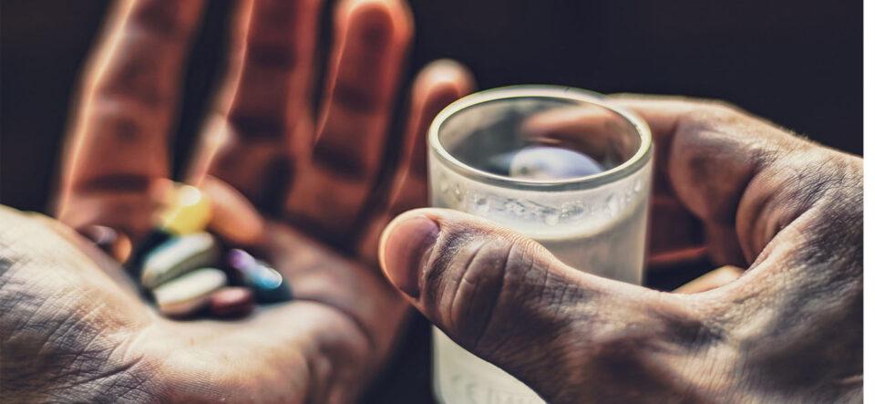 Медики объяснили, почему алкоголь и лекарства несовместимы