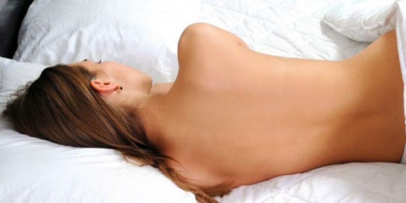Медики назвали пять веских причин спать без одежды